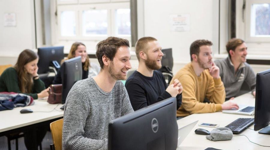 Bild: Studierende im PC-Labor; Quelle: Ernst Fesseler