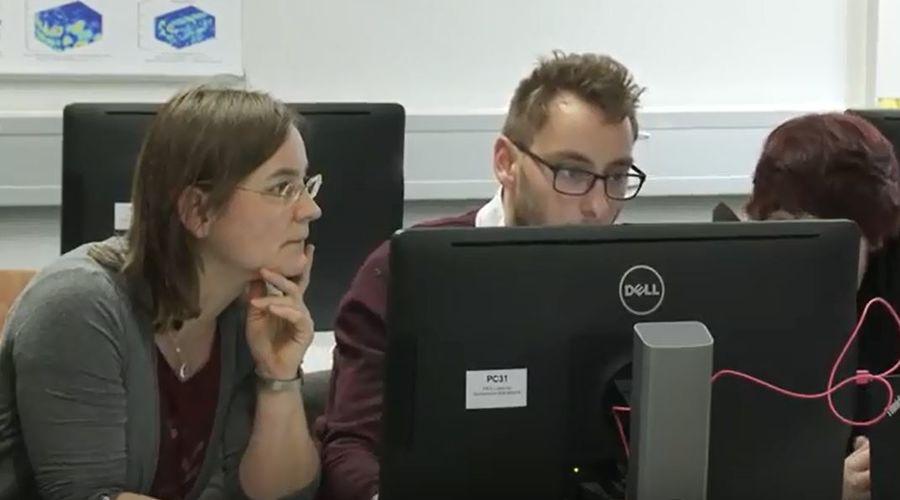 Bild: Professorin mit Studierenden am PC; Quelle: YouTube Film zum Bachelor-Studiengang Mathematik (https://youtu.be/Evz8_I0CS58)