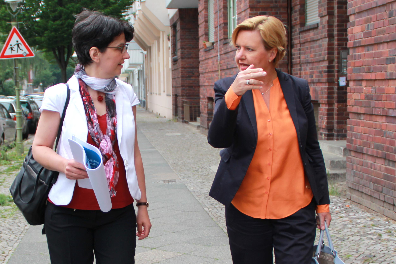 Beuth-Projektleiterin Prof. Dr. Rohlfing bespricht mit Schirmherrin Dr. Eva Högl das Projekt